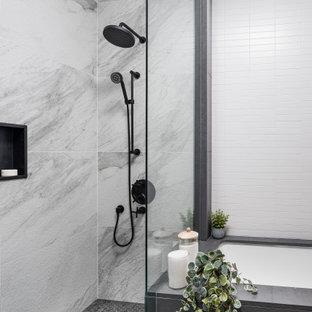 Idées déco pour une douche en alcôve principale scandinave de taille moyenne avec un placard à porte plane, des portes de placard en bois clair, une baignoire encastrée, un WC à poser, un carrelage blanc, des carreaux de céramique, un mur gris, un sol en carrelage de céramique, un lavabo encastré, un plan de toilette en bois, une cabine de douche à porte battante et un plan de toilette gris.
