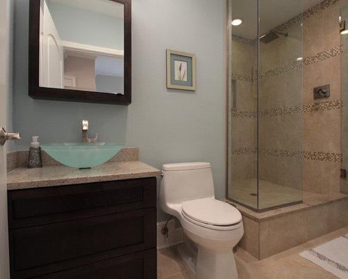 Salle de bain avec un sol en vinyl et des carreaux en allumettes ...