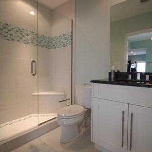 Esempio di una grande stanza da bagno stile marinaro con ante in stile shaker, ante in legno bruno, vasca freestanding, piastrelle a listelli, pareti beige, pavimento in vinile, lavabo a bacinella e top in granito