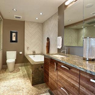 Ispirazione per una stanza da bagno padronale design di medie dimensioni con lavabo sottopiano, ante lisce, ante in legno scuro, doccia alcova, WC a due pezzi, piastrelle bianche, top in granito, piastrelle in gres porcellanato, pareti marroni, pavimento con piastrelle di ciottoli e vasca sottopiano