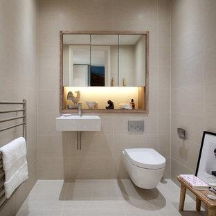 Aménagement d'une petite salle d'eau contemporaine avec un lavabo suspendu, un WC suspendu, un carrelage beige, des carreaux de céramique, un sol en carrelage de céramique et un mur beige.