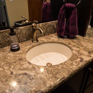 他の地域の中くらいのトランジショナルスタイルのおしゃれなマスターバスルーム (フラットパネル扉のキャビネット、濃色木目調キャビネット、オープン型シャワー、分離型トイレ、ベージュのタイル、磁器タイル、ベージュの壁、クッションフロア、アンダーカウンター洗面器、クオーツストーンの洗面台) の写真