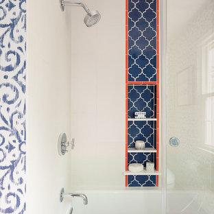 Idéer för att renovera ett mellanstort eklektiskt badrum för barn, med en dusch/badkar-kombination, ett badkar i en alkov, blå kakel, flerfärgad kakel, orange kakel, dusch med skjutdörr och keramikplattor