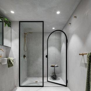 Ispirazione per una piccola stanza da bagno padronale moderna con ante lisce, ante grigie, doccia alcova, piastrelle grigie, pareti grigie, pavimento in cemento, top in cemento, pavimento grigio, porta doccia a battente e top grigio