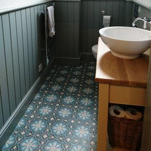 Diseño de cuarto de baño bohemio con baldosas y/o azulejos de cemento