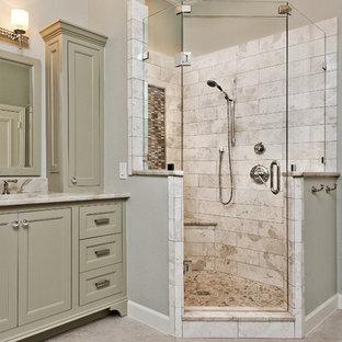 Diseño de cuarto de baño principal, clásico, con lavabo bajoencimera, armarios con rebordes decorativos, puertas de armario verdes, encimera de granito, bañera exenta, ducha esquinera, baldosas y/o azulejos beige, baldosas y/o azulejos de piedra, suelo de baldosas de porcelana y paredes grises