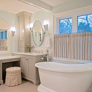 ナッシュビルの大きいシャビーシック調のおしゃれなマスターバスルーム (落し込みパネル扉のキャビネット、グレーのキャビネット、置き型浴槽、マルチカラーのタイル、磁器タイル、青い壁、セラミックタイルの床、アンダーカウンター洗面器、珪岩の洗面台、グレーの床、白い洗面カウンター) の写真