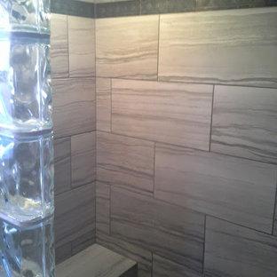 Mittelgroßes Klassisches Badezimmer En Suite mit Schrankfronten mit vertiefter Füllung, weißen Schränken, Duschnische, Wandtoilette mit Spülkasten, Porzellanfliesen, roter Wandfarbe, Keramikboden, Aufsatzwaschbecken, Glaswaschbecken/Glaswaschtisch und offener Dusche in Seattle