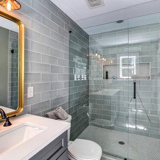 Inspiration för ett litet vintage en-suite badrum, med skåp i shakerstil, vita skåp, en öppen dusch, grå kakel, keramikplattor, grå väggar, bänkskiva i kvarts, en toalettstol med separat cisternkåpa, ett undermonterad handfat och dusch med gångjärnsdörr