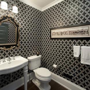 Modernes Badezimmer mit Waschtischkonsole und schwarzer Wandfarbe in Philadelphia