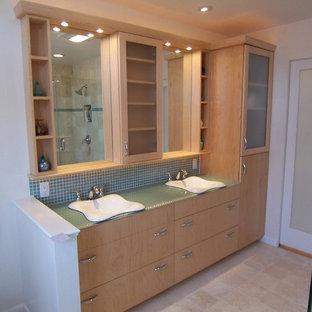 Неиссякаемый источник вдохновения для домашнего уюта: главная ванная комната среднего размера в современном стиле с накладной раковиной, плоскими фасадами, светлыми деревянными фасадами, стеклянной столешницей, накладной ванной, двойным душем, раздельным унитазом, синей плиткой, коричневыми стенами и полом из травертина