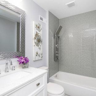 Idee per una piccola stanza da bagno con doccia minimal con ante in stile shaker, ante bianche, vasca ad alcova, vasca/doccia, WC a due pezzi, piastrelle grigie, piastrelle a listelli, pareti viola, lavabo sottopiano, doccia aperta e top bianco