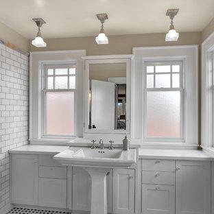 Foto di una stanza da bagno american style con lavabo a colonna e piastrelle diamantate