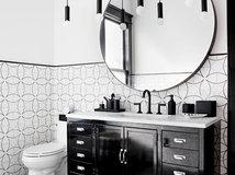 Bellissimi bagni con piastrelle bianche e nere