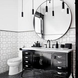 Esempio di una stanza da bagno chic con consolle stile comò, ante nere, pistrelle in bianco e nero, pareti bianche, lavabo sottopiano e pavimento nero
