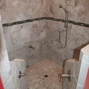 Esempio di una grande stanza da bagno padronale tradizionale con ante con bugna sagomata, ante in legno scuro, vasca ad alcova, vasca/doccia, WC monopezzo, piastrelle di cemento, pareti rosse, pavimento con piastrelle in ceramica, lavabo sottopiano e top in granito
