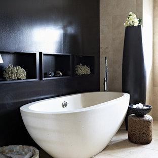 Salle de bain avec du carrelage en travertin et un mur noir : Photos ...