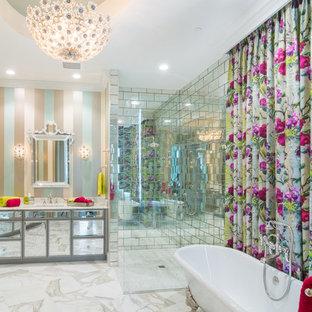 Diseño de cuarto de baño actual con armarios tipo mueble, bañera con patas, ducha esquinera, baldosas y/o azulejos con efecto espejo, paredes multicolor, suelo blanco y encimeras blancas