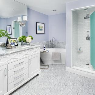 Пример оригинального дизайна интерьера: главная ванная комната среднего размера в стиле современная классика с фасадами с выступающей филенкой, белыми фасадами, отдельно стоящей ванной, душем в нише, унитазом-моноблоком, серой плиткой, металлической плиткой, мраморным полом, врезной раковиной, мраморной столешницей, серым полом, душем с распашными дверями и синими стенами