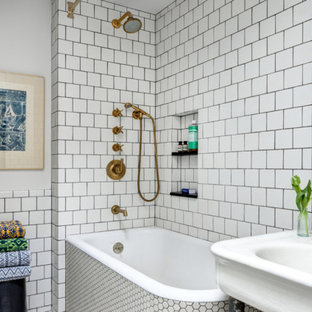 Idee per una stanza da bagno padronale eclettica con vasca da incasso, vasca/doccia, piastrelle blu, piastrelle multicolore, piastrelle bianche e pareti bianche