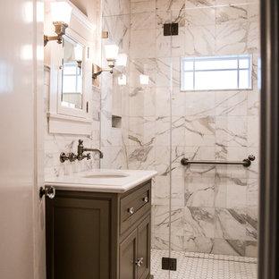Immagine di una piccola stanza da bagno con doccia tradizionale con ante in stile shaker, ante grigie, doccia alcova, piastrelle bianche, piastrelle di marmo, pareti bianche, pavimento con piastrelle a mosaico, lavabo sottopiano, top in superficie solida, pavimento bianco e porta doccia a battente