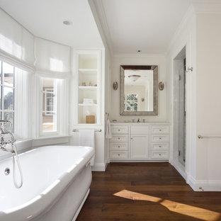 サンフランシスコのトラディショナルスタイルの浴室・バスルームの画像 (置き型浴槽、無垢フローリング、茶色い床)