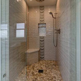Foto di una stanza da bagno padronale stile marino di medie dimensioni con ante con riquadro incassato, ante in legno scuro, vasca freestanding, WC monopezzo, piastrelle grigie, lastra di vetro, pareti grigie, pavimento in marmo, lavabo sottopiano, top in quarzite, pavimento bianco e doccia con tenda