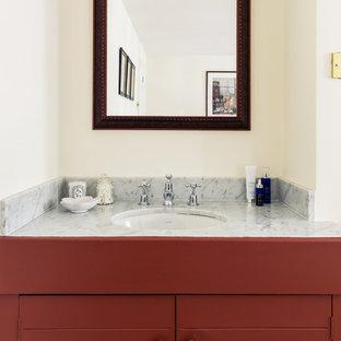 Mittelgroßes Klassisches Badezimmer mit Kassettenfronten, roten Schränken, weißen Fliesen, beiger Wandfarbe und Marmor-Waschbecken/Waschtisch in London