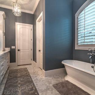 Ejemplo de cuarto de baño con ducha, de estilo de casa de campo, de tamaño medio, con armarios con rebordes decorativos, puertas de armario grises, ducha esquinera, sanitario de una pieza, baldosas y/o azulejos blancas y negros, baldosas y/o azulejos de mármol, paredes grises, lavabo de seno grande y encimera de granito
