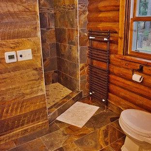 他の地域の中くらいのラスティックスタイルのおしゃれなバスルーム (浴槽なし) (落し込みパネル扉のキャビネット、濃色木目調キャビネット、アルコーブ型シャワー、分離型トイレ、茶色いタイル、セラミックタイル、茶色い壁、セラミックタイルの床、ベッセル式洗面器、茶色い床、オープンシャワー) の写真