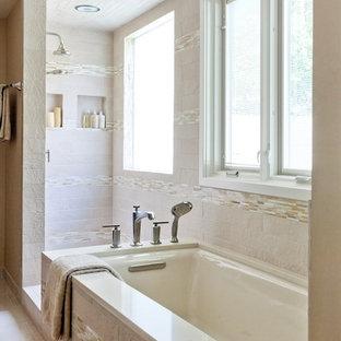Modelo de cuarto de baño principal, clásico, grande, con armarios con paneles lisos, puertas de armario de madera oscura, bañera encastrada sin remate, ducha abierta, sanitario de dos piezas, baldosas y/o azulejos beige, baldosas y/o azulejos de vidrio, paredes beige, suelo de baldosas de porcelana, lavabo bajoencimera y encimera de cuarzo compacto