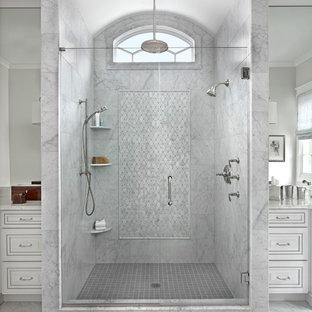 Klassisk inredning av ett stort en-suite badrum, med dusch med gångjärnsdörr, luckor med upphöjd panel, vita skåp, våtrum, marmorgolv och ett undermonterad handfat
