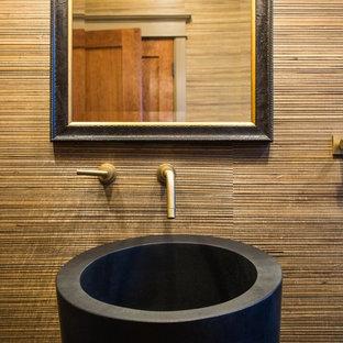 Immagine di una stanza da bagno con doccia minimalista di medie dimensioni con piastrelle nere, pareti beige, parquet chiaro, lavabo a colonna, doccia alcova, WC monopezzo, piastrelle a listelli e top in zinco