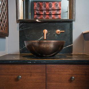 Esempio di una stanza da bagno con doccia moderna di medie dimensioni con ante in stile shaker, vasca ad alcova, pareti grigie, lavabo a bacinella, ante in legno bruno, doccia alcova, WC monopezzo, piastrelle nere, piastrelle a listelli, parquet chiaro e top in zinco