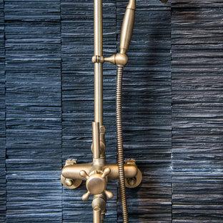 Esempio di una stanza da bagno con doccia minimalista di medie dimensioni con piastrelle nere, pareti beige, parquet chiaro, lavabo a colonna, doccia alcova, WC monopezzo, piastrelle in pietra e top in zinco