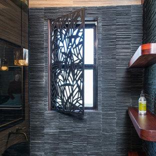 Foto di una stanza da bagno con doccia moderna di medie dimensioni con piastrelle nere, pareti beige, parquet chiaro, lavabo a colonna, doccia alcova, WC monopezzo, piastrelle a listelli e top in zinco