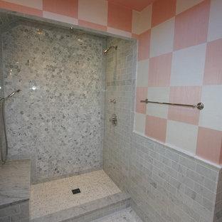Aménagement d'une salle de bain éclectique de taille moyenne avec un carrelage gris, un carrelage de pierre, un sol en marbre, un placard à porte persienne, des portes de placard grises, un WC séparé, un mur rose, un lavabo encastré et un plan de toilette en marbre.