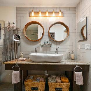 Badezimmer mit flächenbündigen Schrankfronten, braunen Schränken, Eckbadewanne, Eckdusche, grauen Fliesen, Keramikfliesen, weißer Wandfarbe, Porzellan-Bodenfliesen, Aufsatzwaschbecken, Granit-Waschbecken/Waschtisch, grauem Boden, Falttür-Duschabtrennung und rosa Waschtischplatte in Jacksonville