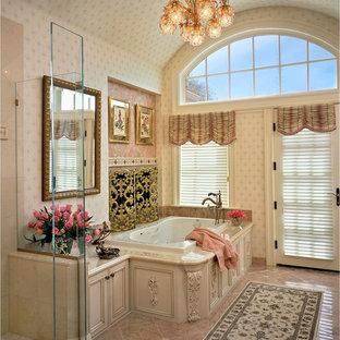 ブリッジポートの中くらいのトラディショナルスタイルのおしゃれなマスターバスルーム (落し込みパネル扉のキャビネット、白いキャビネット、ドロップイン型浴槽、バリアフリー、ピンクのタイル、大理石の洗面台、石タイル、ベージュの壁、大理石の床、ピンクの床) の写真