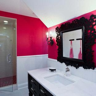 Immagine di una stanza da bagno tradizionale con ante nere, piastrelle bianche e pareti rosa