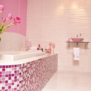 Esempio di una grande stanza da bagno minimal con nessun'anta, vasca da incasso, WC monopezzo, piastrelle rosa, piastrelle a mosaico, pareti rosa, pavimento con piastrelle in ceramica, lavabo sospeso, top in vetro, pavimento bianco e doccia ad angolo
