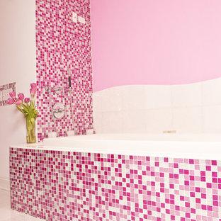 Aménagement d'une grande salle de bain contemporaine avec un placard sans porte, une baignoire posée, un WC à poser, un carrelage rose, carrelage en mosaïque, un mur rose, un sol en carrelage de céramique, un lavabo suspendu, un plan de toilette en verre, un sol blanc et une douche d'angle.
