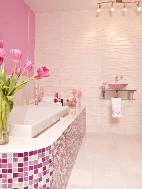 Großes Modernes Kinderbad Mit Mosaikfliesen, Rosafarbenen Fliesen, Rosa  Wandfarbe, Offenen Schränken, Einbaubadewanne