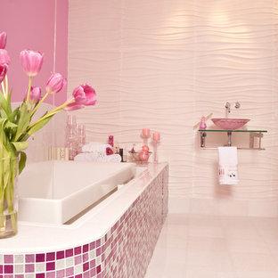 Imagen de cuarto de baño infantil, actual, grande, con baldosas y/o azulejos en mosaico, baldosas y/o azulejos rosa, paredes rosas, armarios abiertos, bañera encastrada, sanitario de una pieza, suelo de baldosas de cerámica, lavabo suspendido, encimera de vidrio, suelo blanco y ducha esquinera