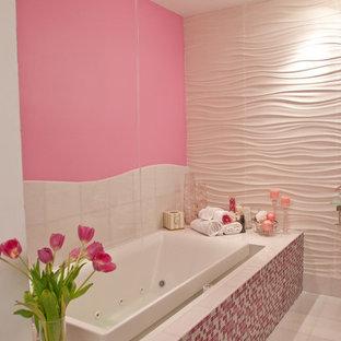 Imagen de cuarto de baño infantil, minimalista, grande, con armarios abiertos, bañera encastrada, ducha esquinera, sanitario de una pieza, baldosas y/o azulejos rosa, baldosas y/o azulejos en mosaico, paredes rosas, suelo de baldosas de cerámica, lavabo suspendido, encimera de vidrio y suelo blanco