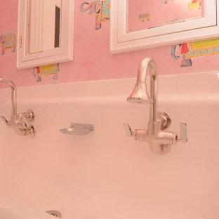 Mittelgroßes Shabby-Style Kinderbad mit offenen Schränken, weißen Schränken, Badewanne in Nische, Duschbadewanne, Wandtoilette mit Spülkasten, weißen Fliesen, Metrofliesen, rosa Wandfarbe, Mosaik-Bodenfliesen, Trogwaschbecken, blauem Boden und Duschvorhang-Duschabtrennung in New York