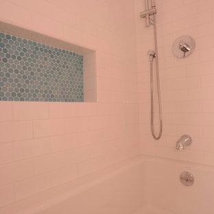 Mittelgroßes Shabby-Chic Kinderbad mit offenen Schränken, weißen Schränken, Badewanne in Nische, Duschbadewanne, Wandtoilette mit Spülkasten, weißen Fliesen, Metrofliesen, rosa Wandfarbe, Mosaik-Bodenfliesen, Trogwaschbecken, blauem Boden und Duschvorhang-Duschabtrennung in New York