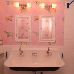 Mittelgroßes Shabby-Look Kinderbad mit offenen Schränken, weißen Schränken, Badewanne in Nische, Duschbadewanne, Wandtoilette mit Spülkasten, weißen Fliesen, Metrofliesen, rosa Wandfarbe, Mosaik-Bodenfliesen, Trogwaschbecken, blauem Boden und Duschvorhang-Duschabtrennung in New York