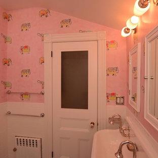 Ejemplo de cuarto de baño infantil, romántico, de tamaño medio, con armarios abiertos, puertas de armario blancas, bañera empotrada, combinación de ducha y bañera, sanitario de dos piezas, baldosas y/o azulejos blancos, baldosas y/o azulejos de cemento, paredes rosas, suelo con mosaicos de baldosas, lavabo de seno grande, suelo azul y ducha con cortina