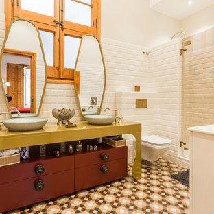 Diseño de cuarto de baño con ducha, bohemio, con baldosas y/o azulejos blancos, lavabo sobreencimera, ducha con puerta con bisagras, encimeras verdes, armarios tipo mueble, puertas de armario rojas, ducha empotrada, baldosas y/o azulejos de cemento, paredes blancas y suelo multicolor